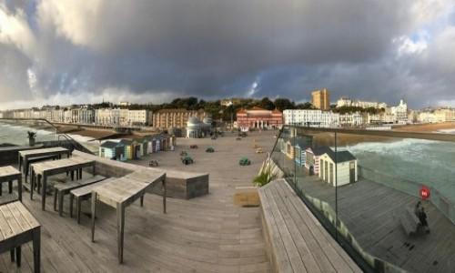 Zdjecie ANGLIA / Hrabstwo East Sussex / Hastings / Drewniane molo, w dali miasto