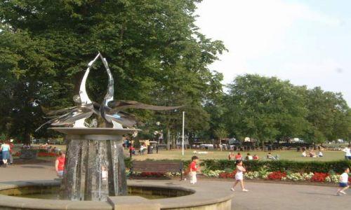 Zdjęcie ANGLIA / Warwciskshire / Stratford-upon-Avon / Fontanna w parku