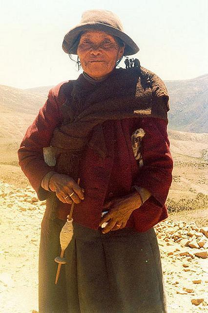 Zdjęcia: spotkanie po drodze - pasterka lam: pasie i przedzie, Puna czyli Altiplano, Magiczna Puna, ARGENTYNA