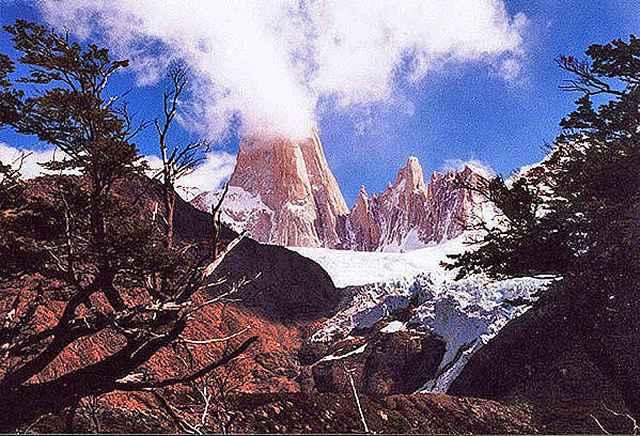 Zdjęcia: przez wiele lat Fitz Roy byl uwazany za czynny wulkam ze wzgledu na chmury zaczepione na j, Patagonia, zaczepiona chmura, ARGENTYNA