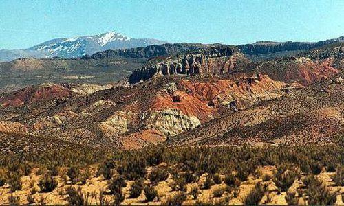 Zdjęcie ARGENTYNA / Puna czyli Altiplano / kanion rzeki San Juan de  Oro - kolorowy akcent na burej rowninie / Magiczna Puna