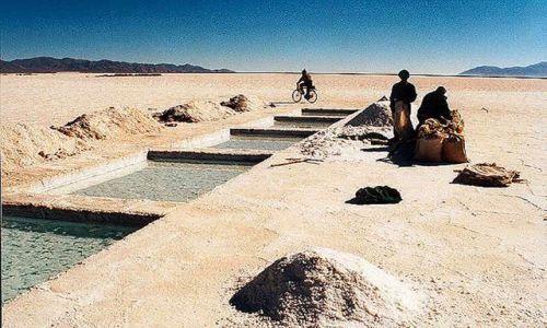 Zdjęcie ARGENTYNA / Puna czyli Altiplano / praca na salarze Salinas Grandes, zbieraj sòl  na wys ponad 3500 mnpm / Magiczna Puna