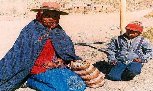 Zdjecie ARGENTYNA / Puna czyli Altiplano / spotkanie po drodze - drugi dzien ida juz do najblizszego sklepu w  Susques / Magiczna Puna