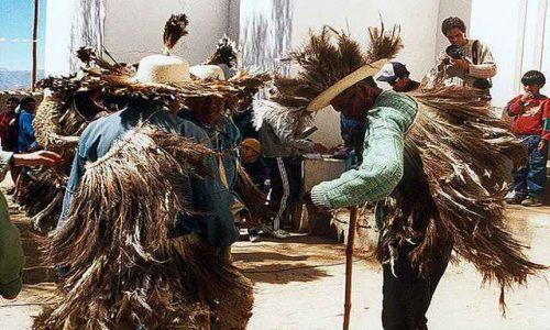 Zdjęcie ARGENTYNA / Puna czyli Altiplano / Casabindo (3860 mnpm) - rytualni tancerze Pachamamy - bogini Aymara w strojach strusi bior / Magiczna Puna