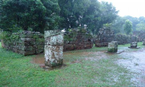 ARGENTYNA / Misiones / San Ignacio / Misja w deszczu