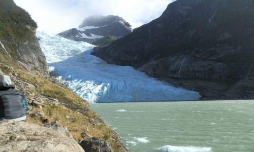 Zdjecie ARGENTYNA / Patagonia / Patagonia / Rzeka lodu wpadająca do jeziora