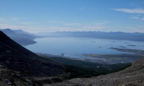 ARGENTYNA / Tierra del Fuego / Ushuaia / Widok na kanał Beagla i Ushuaia z lodowca Martial