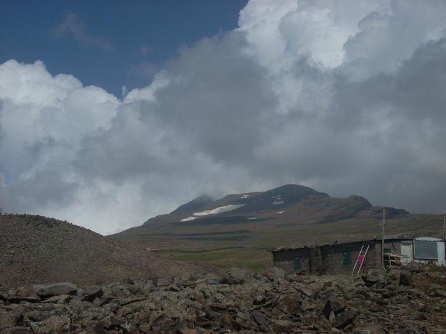 Zdjęcia: Wulkan Aragats (4090 m) najwyzsza gora Armenii, Aragats od dołu, ARMENIA