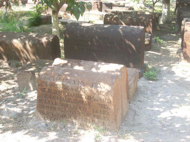 Zdjęcia: Eczmiadzyn tzw. ormianski Watykan, Nagrobki przykoscielne, ARMENIA
