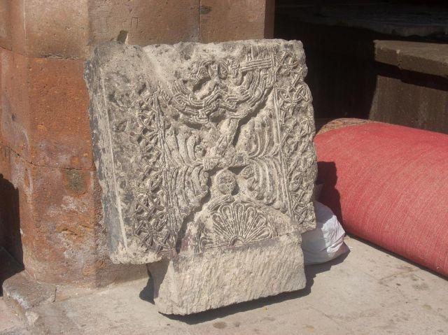 Zdjęcia: Eczmiadzyn tzw. ormianski Watykan, Pękniety chaczkar, ARMENIA