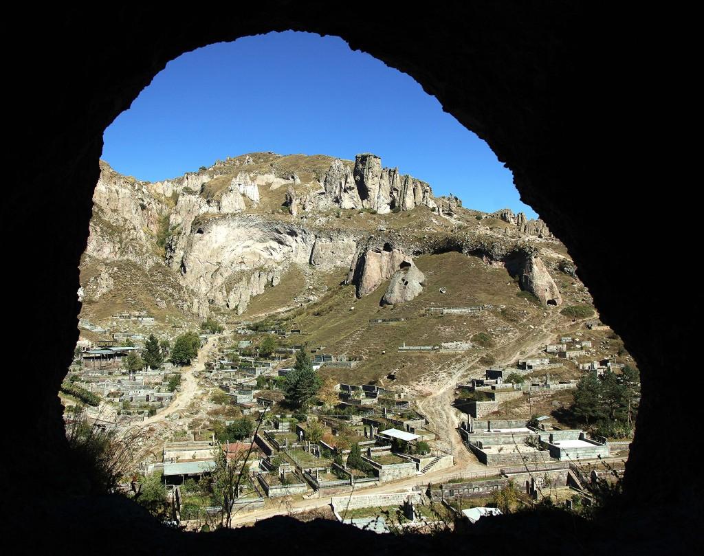 Zdjęcia: Stare Goris, Sjunik , Widok z niegdyś mieszkalnej jaskini, ARMENIA