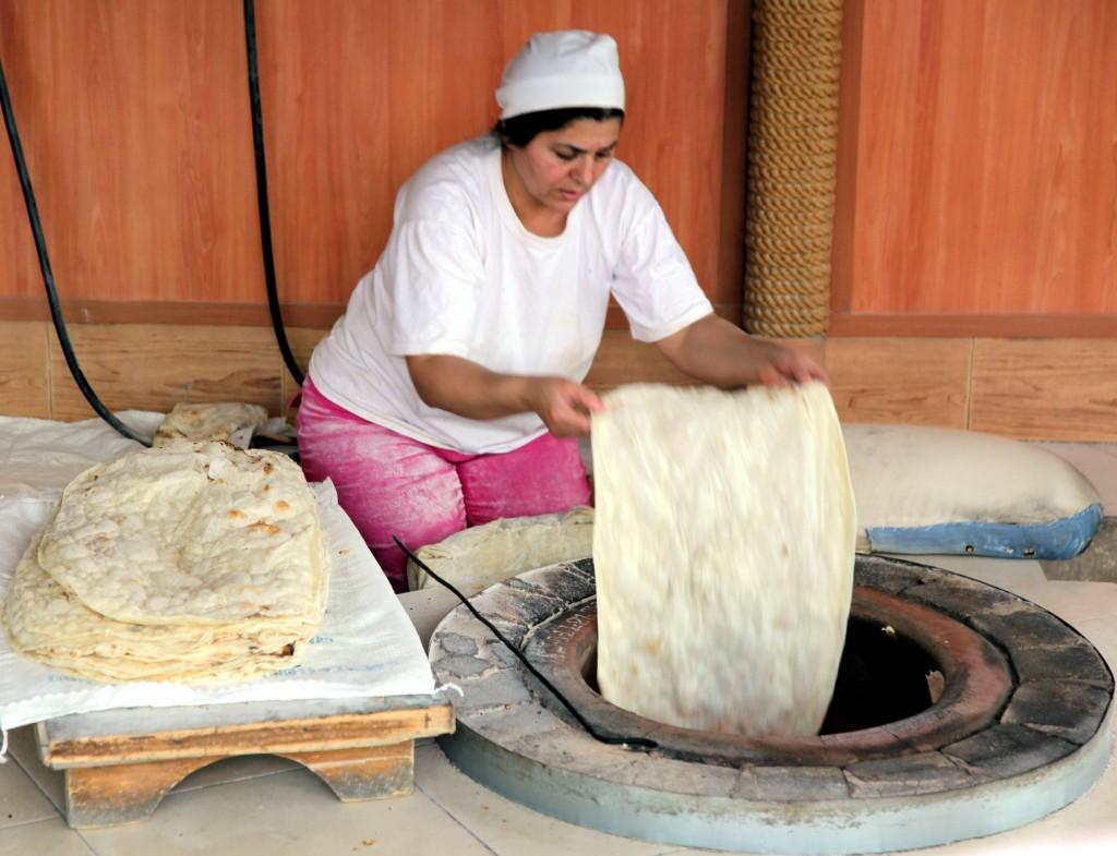 Zdjęcia: Geghard, Kotajk, Wypiek chleba, ARMENIA