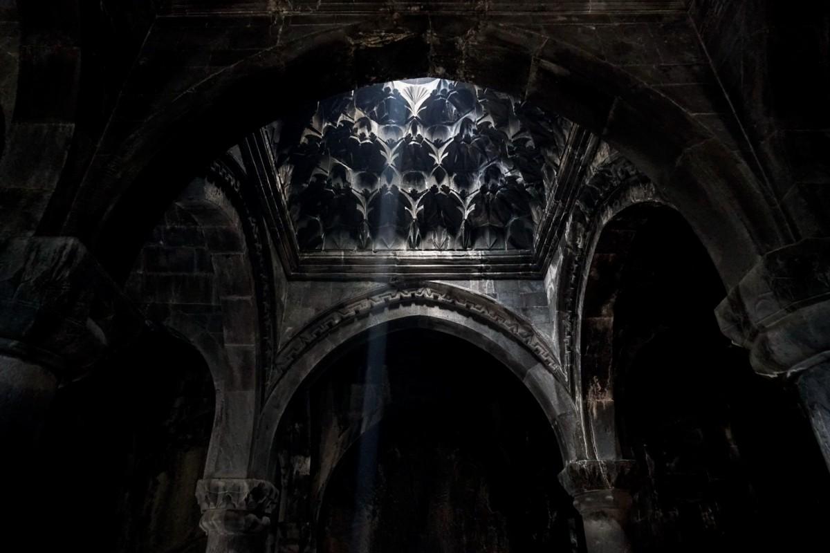 Zdjęcia: Geghard, Kotajk, Mroczne wnętrze ormiańskiego kościoła, ARMENIA