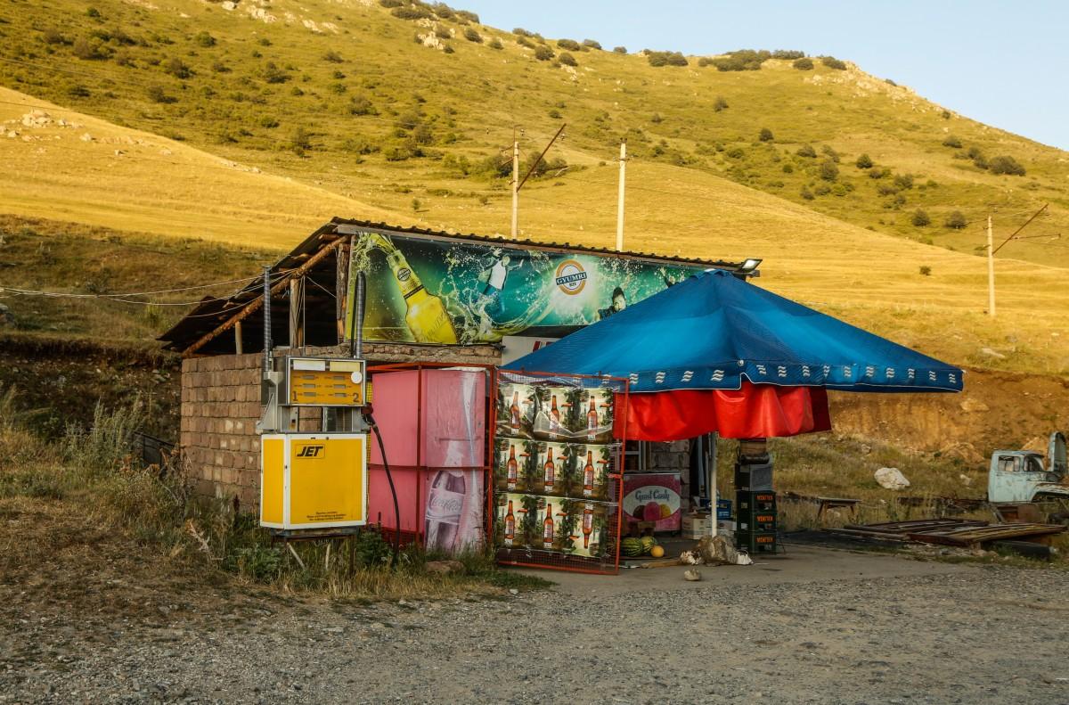 Zdjęcia: droga z Margahovit, prawie Meghradzor, Przydrożna stacja...., ARMENIA