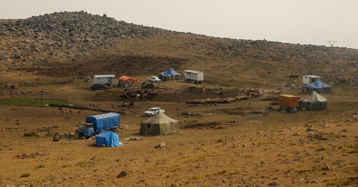 Zdjęcia: droga na Aragats, ok. Aragats, Koczownicze obozowisko, ARMENIA
