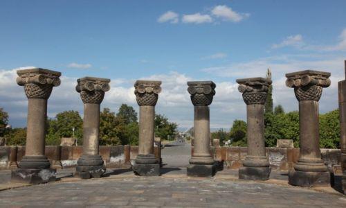 Zdjęcie ARMENIA / Eczmiadzin / Zvartnots / Kolumny Zvartnots
