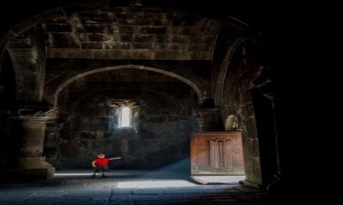 Zdjecie ARMENIA / Geghard  / Monastyr Geghard  / Podążając za światłem - konkurs