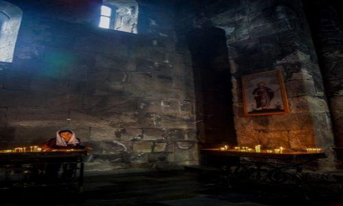 Zdjecie ARMENIA / - / W monastyrze / skupienie na modlitwie