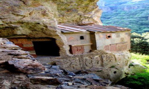 Zdjecie ARMENIA / Gerhard-Gogh / Monastyr Gerhard / Trzymając się skał