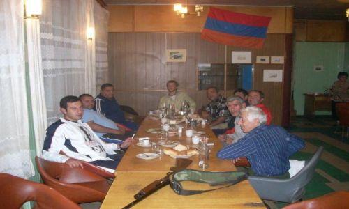 Zdjecie ARMENIA / brak / Wulkan Aragats (4090 m) najwyzsza gora Armenii / Jak tu sie nie czuc bezpiecznie... Impreza w stacji meteo