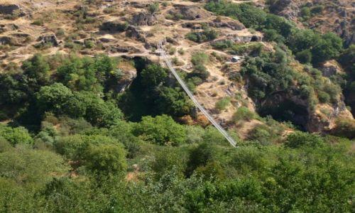 Zdjęcie ARMENIA / Goris / Stary Khndzoresk - skalne miasto / wiszący most