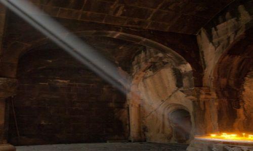 Zdjecie ARMENIA / Kotajk / świątynia Geghard / magia świateł - w klasztorze Geghard