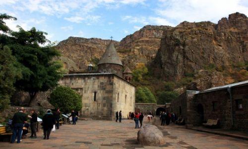Zdjęcie ARMENIA / Kotajk / Geghard / Dziedziniec klasztorny