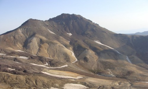 ARMENIA / - / Masyw Aragatu - widok na kulminacj� wschodni� / Aragat - �ciany wyg�adzone wiatrem i deszczem