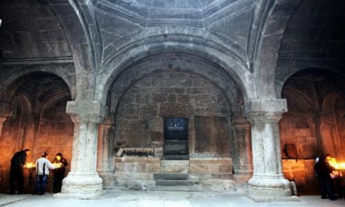Zdjęcie ARMENIA / Tawush - Diliżan  / Klasztor w Hagarcin / Wchodząc do świątyni