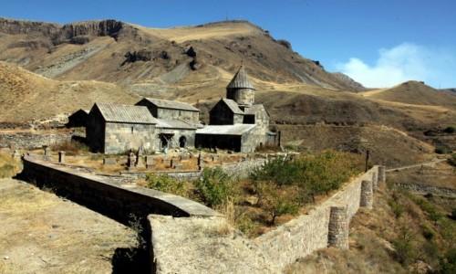 Zdjęcie ARMENIA / Sisian / Worotnavank  / Wśród skał