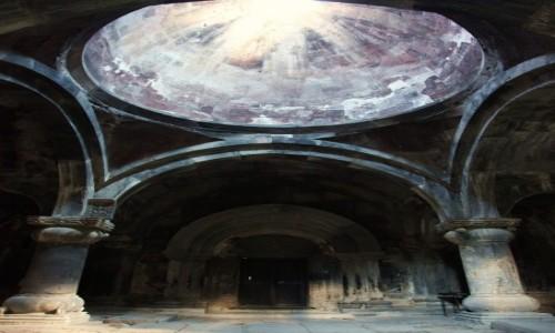 Zdjęcie ARMENIA / Lori Marz / Klasztor w Sanahin  / Światło i łuki