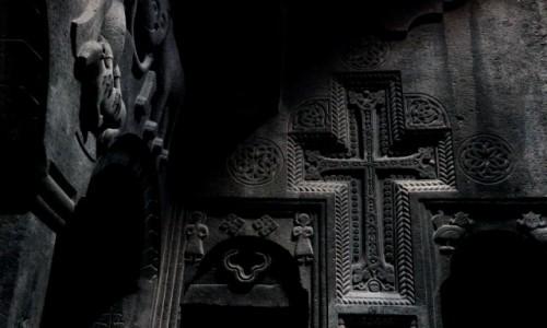 ARMENIA / Erewań / Geghard / Wnętrze kościołu Matki Bożej w skalnym klasztorze Geghard