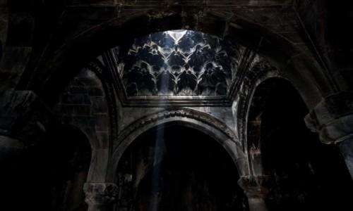 Zdjecie ARMENIA / Kotajk / Geghard / Mroczne wnętrze ormiańskiego kościoła