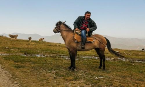 ARMENIA / przełęcz / mdzy Margahovit a Meghradzor / Gospodarz....