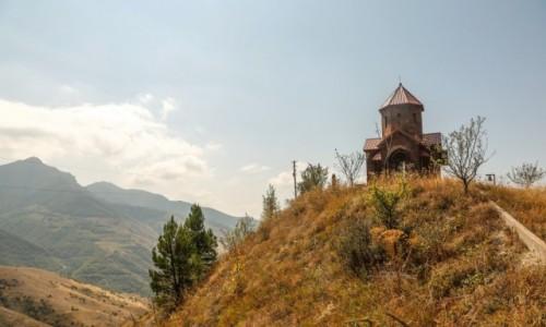 ARMENIA / Arcach / Górny Karabach.... / Maleńki monastyr w maleńkiej wsi...