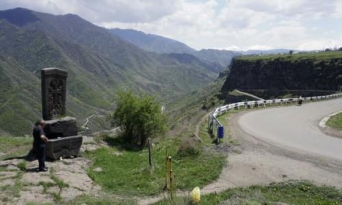 Zdjęcie ARMENIA / - / Sanahin / Chaczkar przy drodze wspinającej się z kanionu do Odzun
