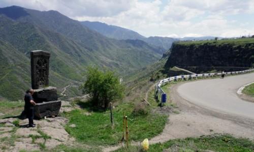 ARMENIA / - / Sanahin / Chaczkar przy drodze wspinającej się z kanionu do Odzun