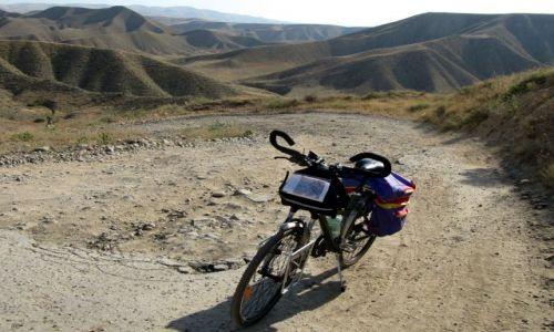 Zdjecie ARMENIA / Na pd od Erewania / droga z Garni do Lanzajat / rower wszędzie przejedzie