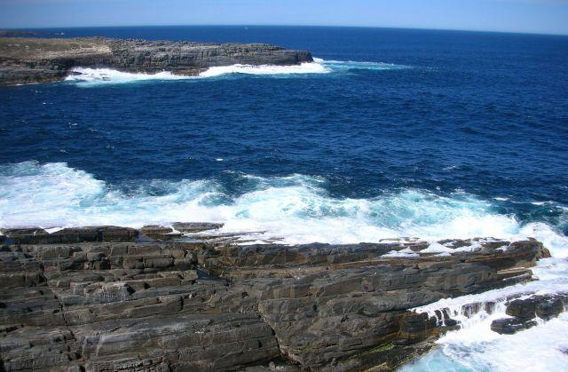 Zdjęcia: BASEN POLUDNIOWOAUSTRALIJSKI, KANGAROO ISLAND, fale rozbijajace sie o skaly..., AUSTRALIA
