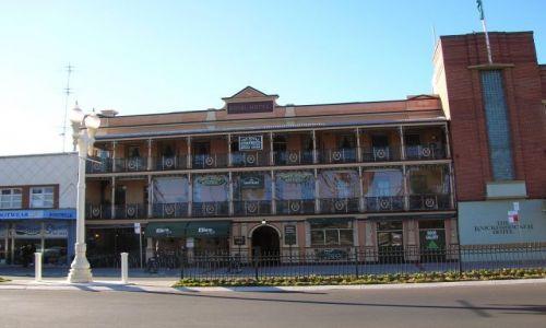 Zdjecie AUSTRALIA / NSW / okolice Ganadah, miasta w pn-zach NSW / Ciekawa lampa i hotel w country