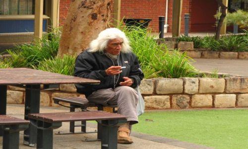 Zdjecie AUSTRALIA / Kalgoorlie / ulica / Potomek Aborygenów
