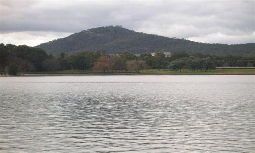 Zdjecie AUSTRALIA / ACT / Canberra-stolica Australii / Gora Ainslie nad jeziorem