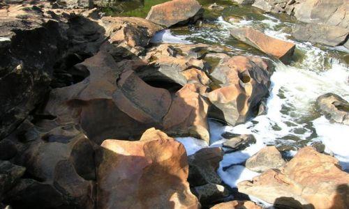 Zdjecie AUSTRALIA / WA / Dwellingup / Spietrzona woda i wyrzezbione kamienie