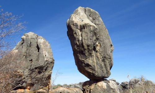 AUSTRALIA / Queensland / Chillagoe caves Nat. Park / Balansująca skała