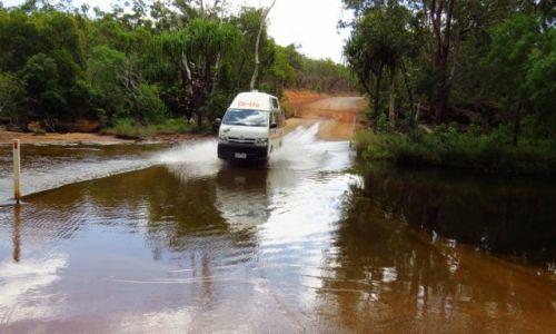 AUSTRALIA / Queensland /  Chillagoe / Kamper całkiem dobrze forsował potoki
