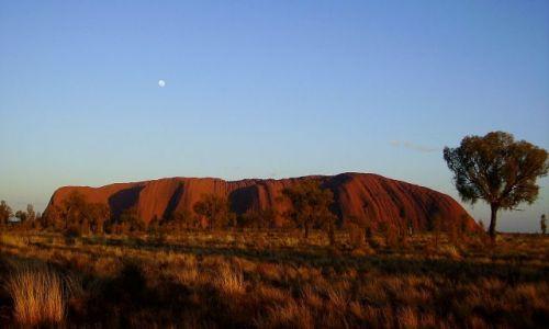 Zdjecie AUSTRALIA / środkowa Australia / Ayers Rock / Uluru o świcie