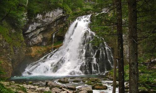 AUSTRIA / Salzburger Land / Okolice miejscowości Golling, Wodospad Schwarzbachfall zwany też Gollinger Wasserfall / Wodospad i zieleń