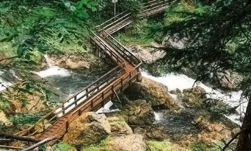 AUSTRIA / Salzburger Land   / Okolice miejscowości Golling, Wodospad Schwarzbachfall zwany też Gollinger Wasserfall / Most