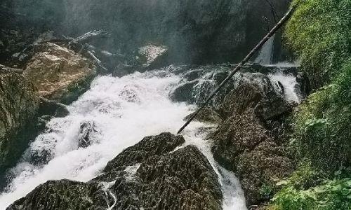 AUSTRIA / Salzburger Land   / Okolice miejscowości Golling, Wodospad Schwarzbachfall zwany też Gollinger Wasserfall / Kipiel