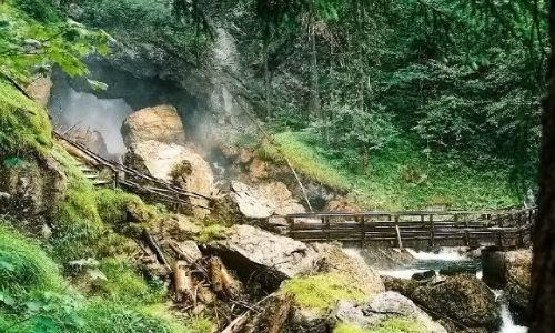 AUSTRIA / Salzburger Land  Okolice miejscowości Golling,  / Wodospad Schwarzbachfall zwany też Gollinger Wasserfall / Most przed wielką wyrwą w skale